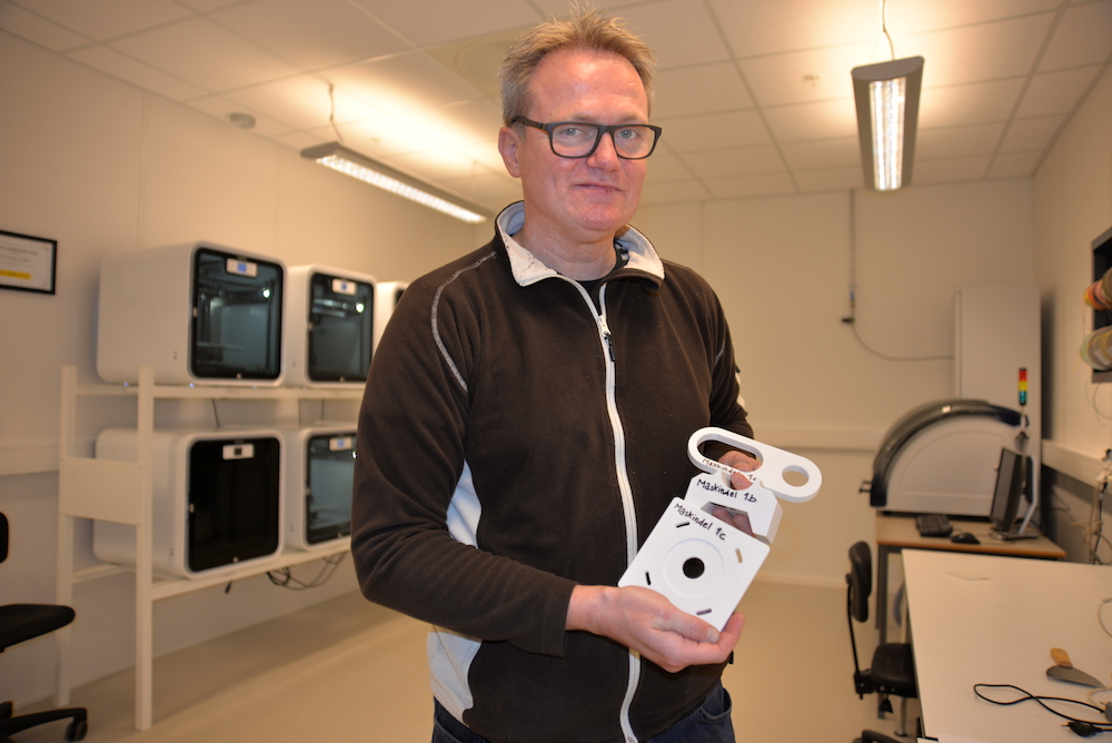 Lab engineer Harald Sauvik displays objects produced by the 3D printers. Photo: Morten Rosenvinge, University of Agder